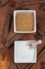 Cukier w miseczkach na stole z przyprawami