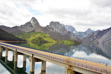 puente cruzando el pantano de Riaño, Picos de europa