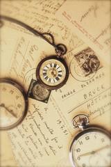 Postkarten und alte Uhren