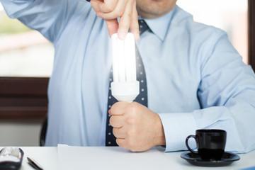 Uomo in ufficio che fa luce