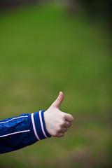 рука ребенка с большим пальцем в верх
