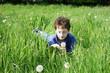 Kind auf einer Frühlingswiese
