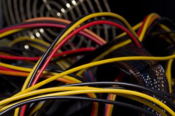 Kabel im Computergehäuse; Netzteil Lüfter im Hintergrund