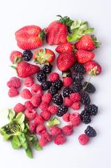 Свежие летние  ягоды на белом фоне