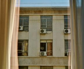 Blick aus Hotelzimmer auf Hausfassade