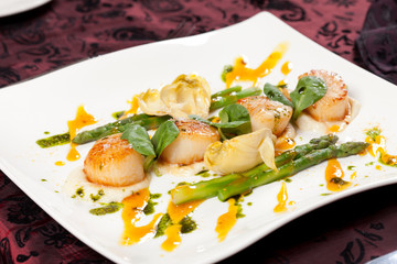 Baked scallops with asparagus