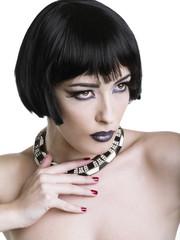 Make-up con sfumature nere e collana