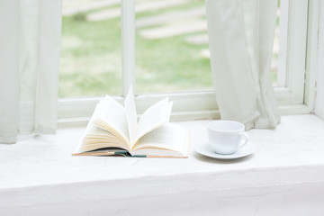本とマグカップ