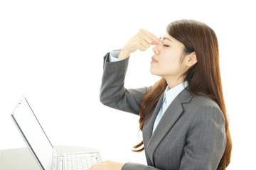 目の疲れを訴える女性