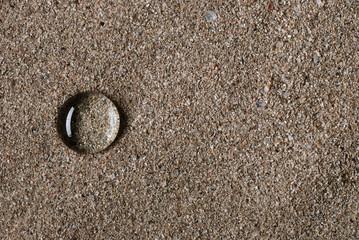 goccia di acqua sulla sabbia