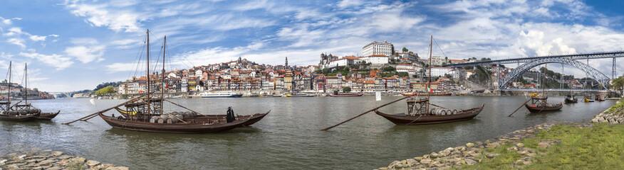 Ville de Porto au Portugal avec bateau Rabelo