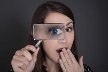 Spionage: Frau kontrolliert Kleingedrucktes im Vertrag