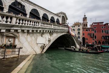 Venezia ponte di rialto con gondola