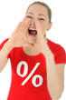 Frau im Sale-Shirt brüllt Sonderangebot und Rabatt