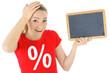 Frau im SALE-Shirt hält Tafel mit Textfreiraum