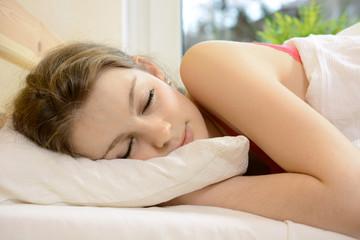 Jugendliche schläft aus