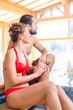 Paar sitzt am Pool eines Wellness Spa