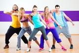 Fototapety Tänzer trainieren Zumba Fitness in Tanzstudio