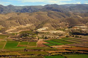 Cultivos en un valle de los Andes peruanos. Perú