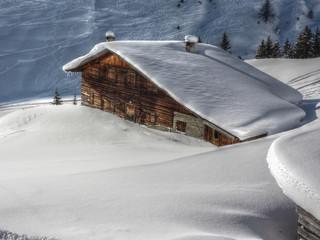 verschneite Winterlandschaft mit Skihütte in HDR