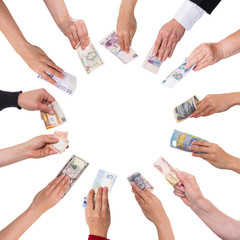 Hände mit vielen Währungen bilden einen Kreis, im Zentrum Text