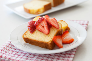 Poundcake with Strawberries
