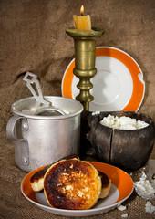 Натюрморт с сырниками в деревенском стиле
