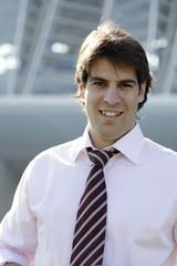 Hombre con camisa y corbata con contraluz en el pelo