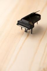 木目の背景にクラフトのピアノ