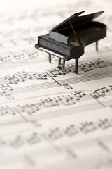 ミニチュアのピアノと楽譜