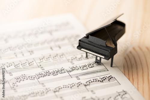 ミニチュアのピアノと楽譜 - 64691272