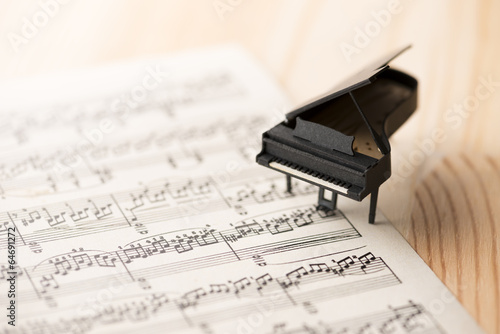 Leinwanddruck Bild ミニチュアのピアノと楽譜