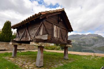 horreo tradicional en la montaña