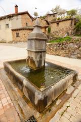 fuente de piedra en pueblo de los picos de europa