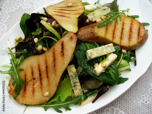 Salad with pears, blue cheese and pine nuts
