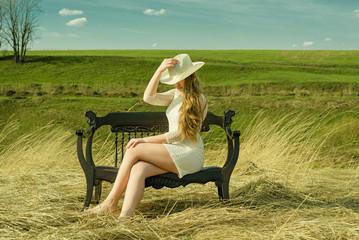 Молодая таинственная девушка на природе