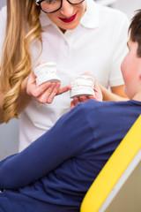 Zahnarzt zeigt Junge Gebiss Abdruck