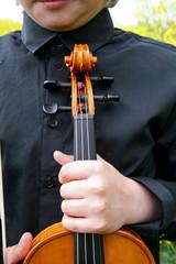 Junger Mann mit Geige
