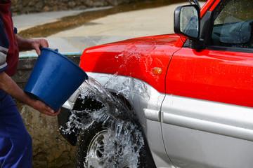 lavando un coche rojo con agua