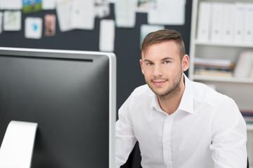 moderner geschäftsmann arbeitet am computer