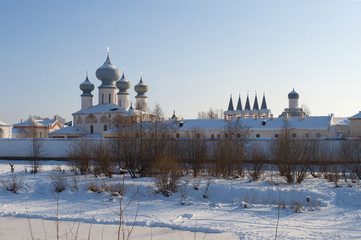 Вид на Тихвинский  Успенский монастырь зимним  вечером