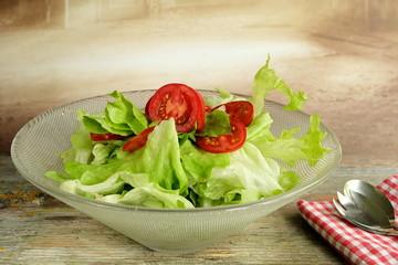 Salatschüssel mit Kopfsalat und Tomaten