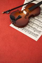玩具のバイオリンと楽譜