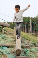 平均台で遊ぶ幼児(4歳児)