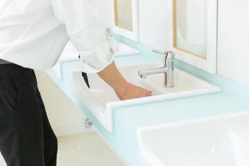 洗面所の男性