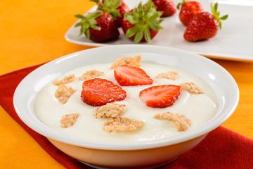 Yogurt, cereali e fragole, fuoco selettivo