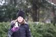 Mädchen freut sich über den ersten Schnee