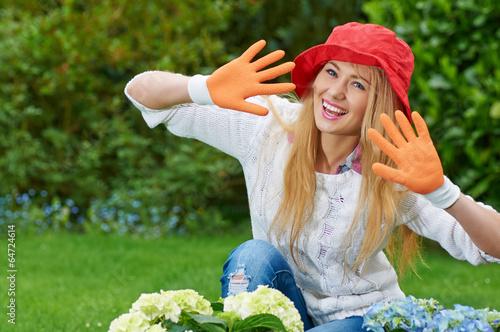 Hübsche junge Frau bei der Gartenarbeit