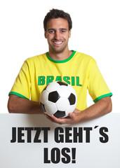 Brasilien Fan mit Ball und Schild: Jetzt geht´s los!