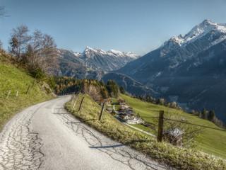Straße zum Bergdorf in HDR